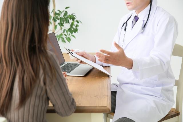 医者の診察を受ける患者