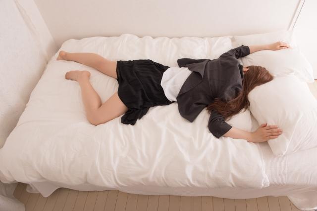 疲れて倒れる女性